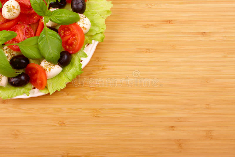 Salade met basilicum, mozarella, olijven en tomaat stock fotografie