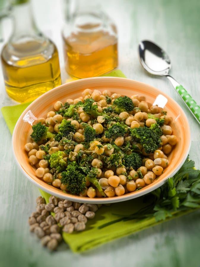 Salade met broccoli anche kekers, selectieve nadruk stock foto's