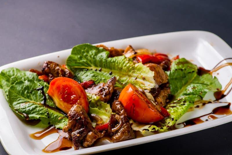 Salade met brokken van vlees royalty-vrije stock afbeeldingen