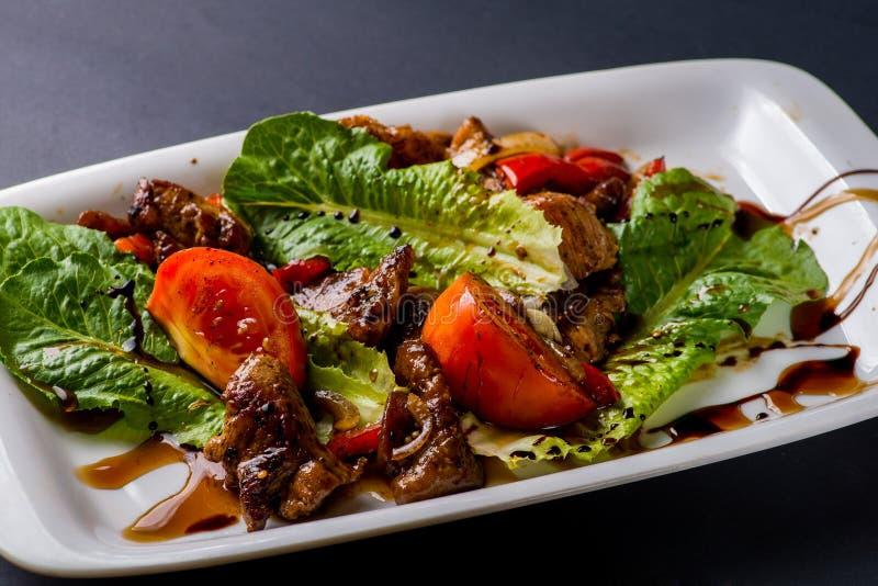 Salade met brokken van vlees stock afbeeldingen