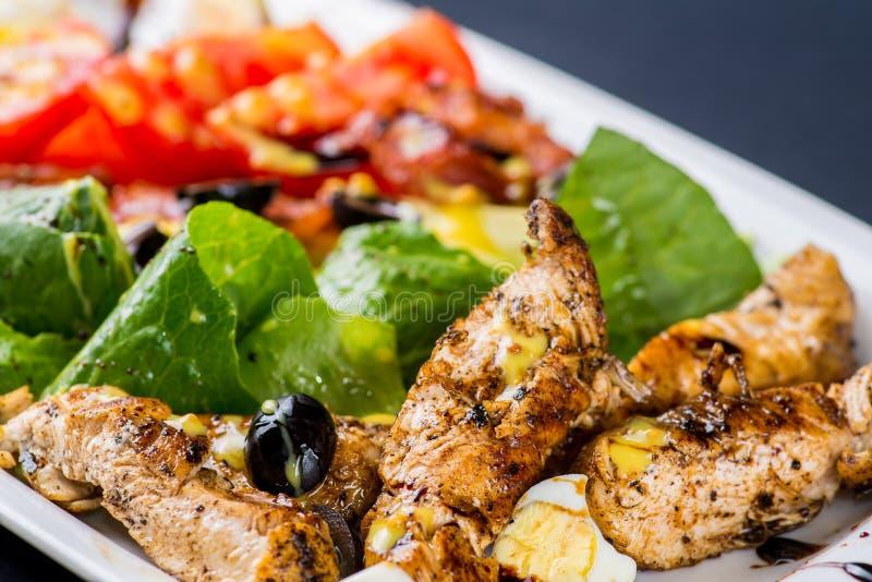 Salade met brokken van vlees royalty-vrije stock fotografie