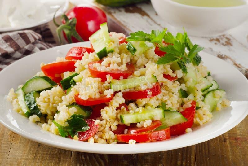 Salade met bulgur, peterselie en groenten stock afbeeldingen