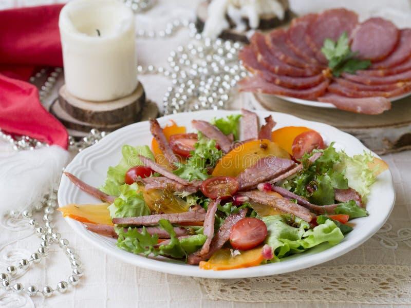 Salade met dadelpruim, ham, kersentomaten en granaat Feestelijke schotel Het diner van Kerstmis De selectieve nadruk, sluit omhoo stock foto's