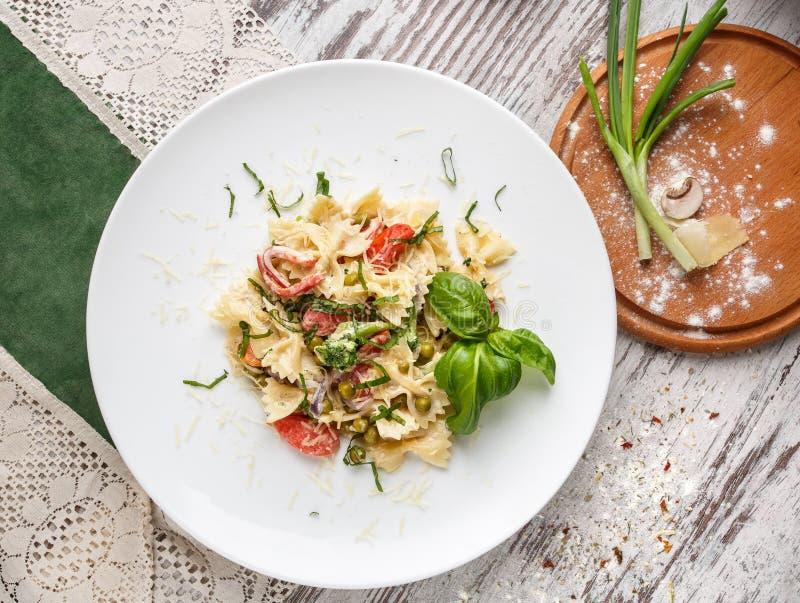 Salade met deegwaren, garnalen, groene erwten en verfraaide kruiden stock fotografie