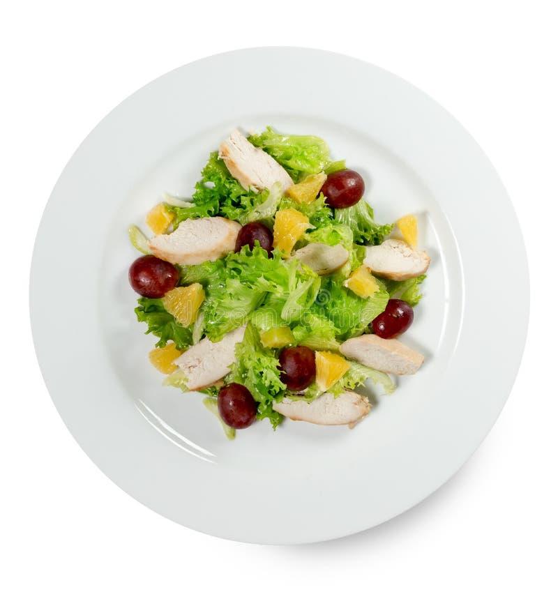 Salade met druiven en kippenplakken op witte backg worden geïsoleerd die royalty-vrije stock foto