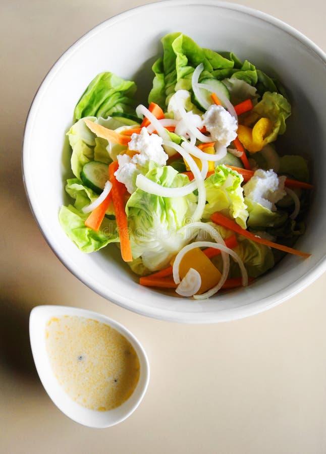 Salade met feta kaas stock foto