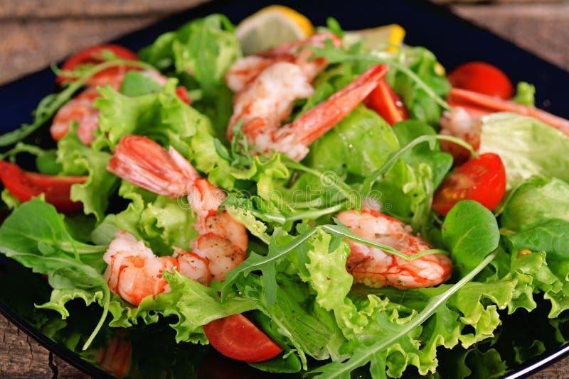 Salade met garnalen, arugula en tomaat stock foto