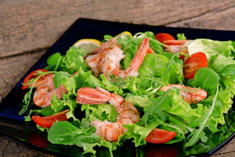 Salade met garnalen, arugula en tomaat royalty-vrije stock foto