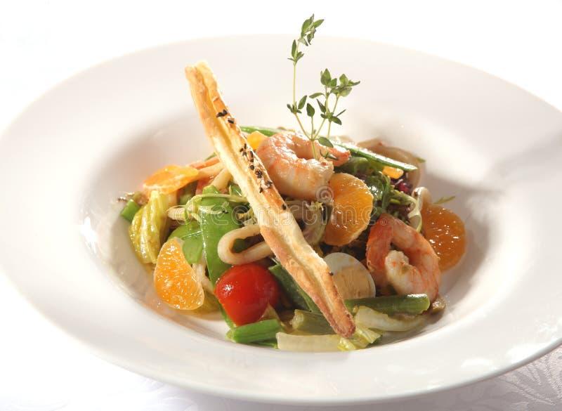 Salade met garnalen en sinaasappel royalty-vrije stock afbeelding