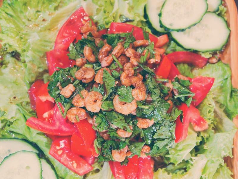 Salade met garnalen en tomaten en greens stock afbeeldingen