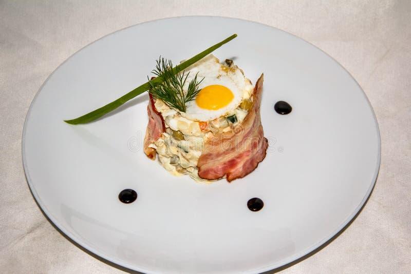Salade met gebraden eieren en bacon royalty-vrije stock foto's