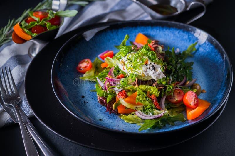 Salade met gebraden kalfsvlees, knoflooksaus en feta mouss stock foto's