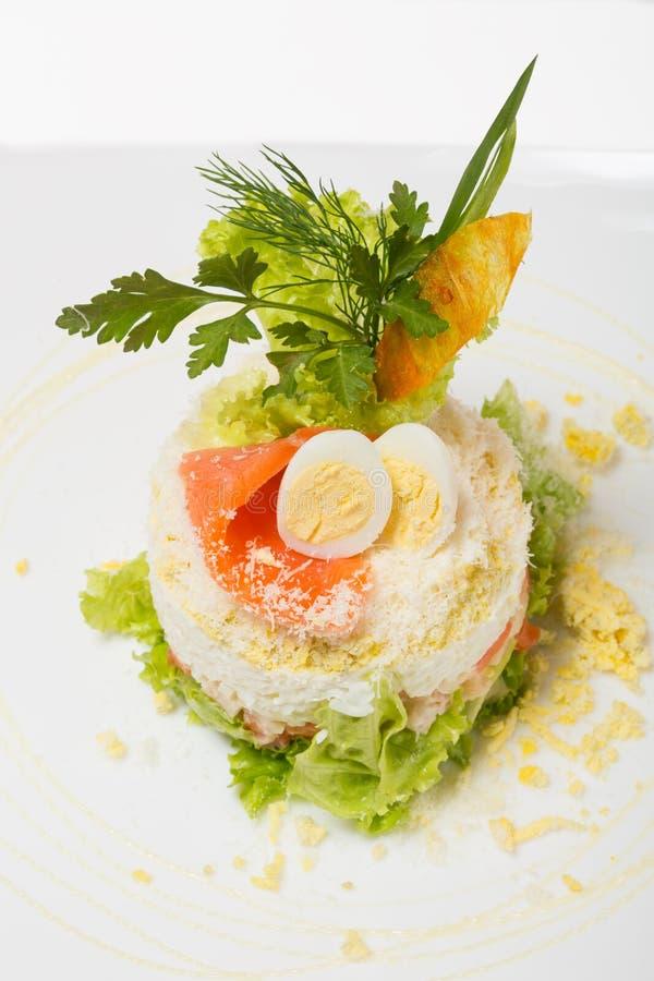Salade met gerookte forel en gekookte kammossel. stock afbeelding