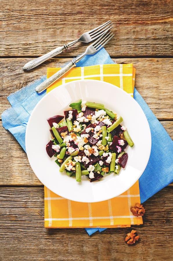 Salade met geroosterde bieten, slabonen, okkernoten en geitkaas royalty-vrije stock fotografie