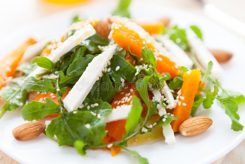 Salade met geroosterde pompoen en ruccola royalty-vrije stock foto's