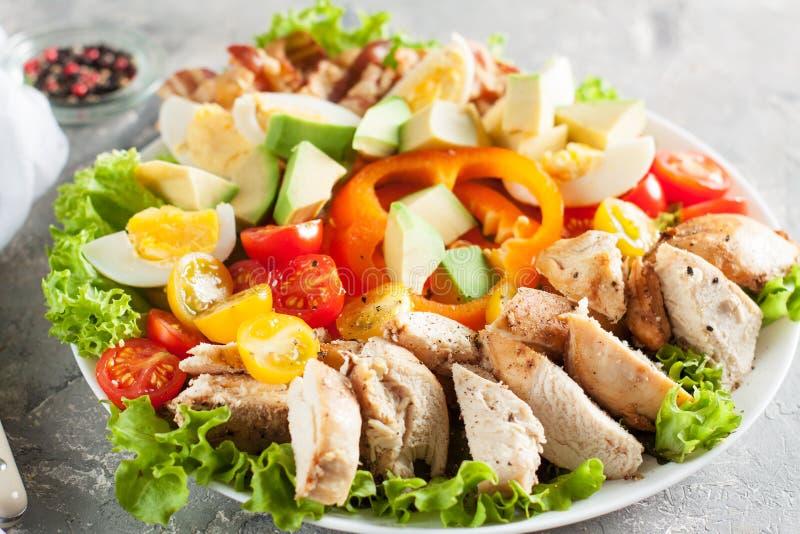 Salade met groenten, bacon, kip en eieren stock foto's