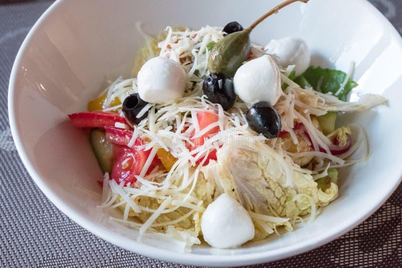 Salade met groenten, mozarella, kaas en olijven royalty-vrije stock fotografie