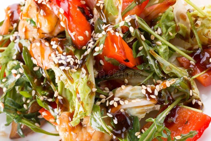 Salade met kip en sojasaus en sesamzaden stock fotografie
