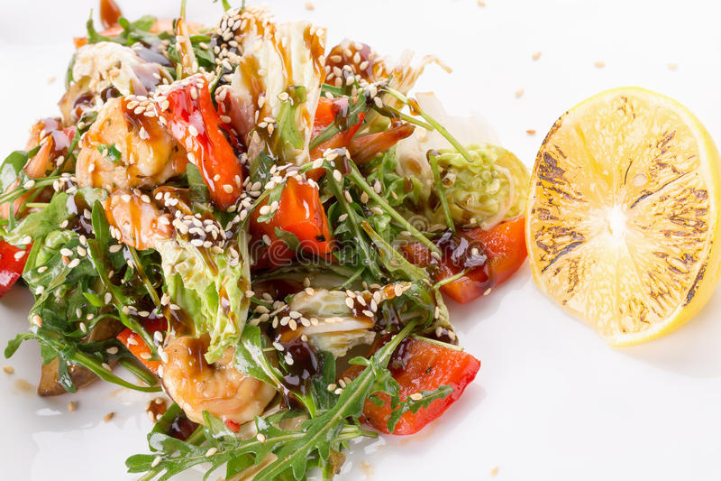 Salade met kip en sojasaus en sesamzaden stock afbeelding