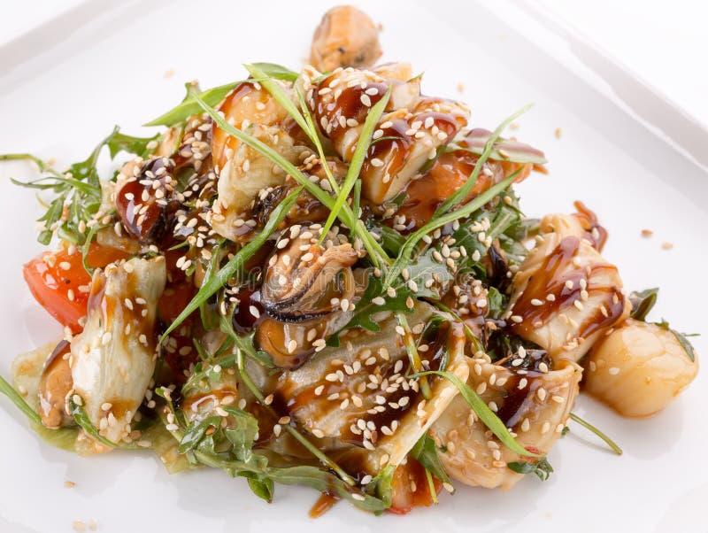 Salade met kip en sojasaus en sesamzaden stock foto's