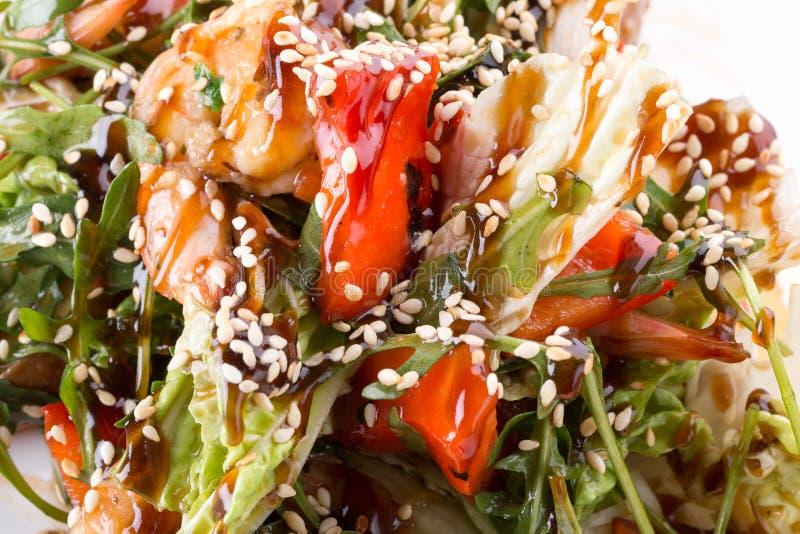 Salade met kip en sojasaus en sesamzaden royalty-vrije stock foto's