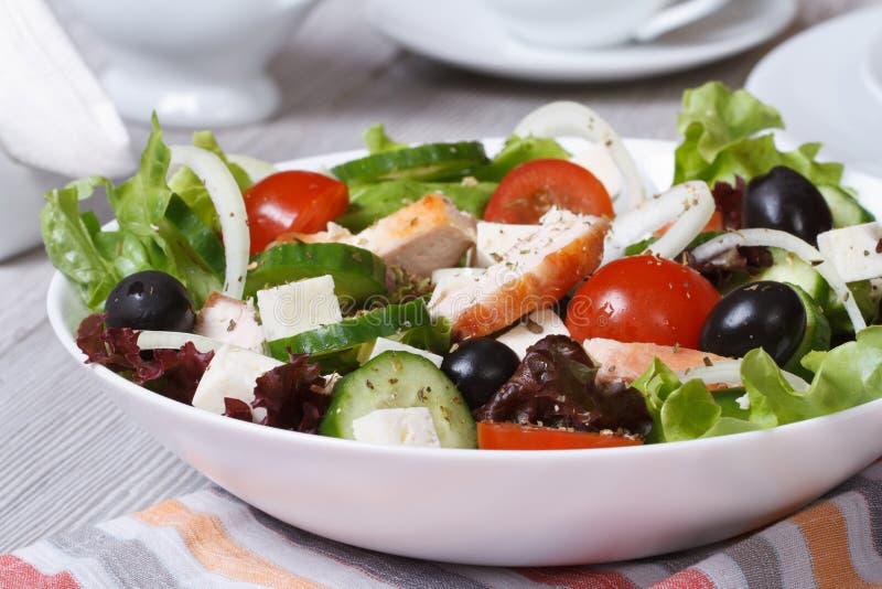 Salade met kippenborst en groentenclose-up stock fotografie