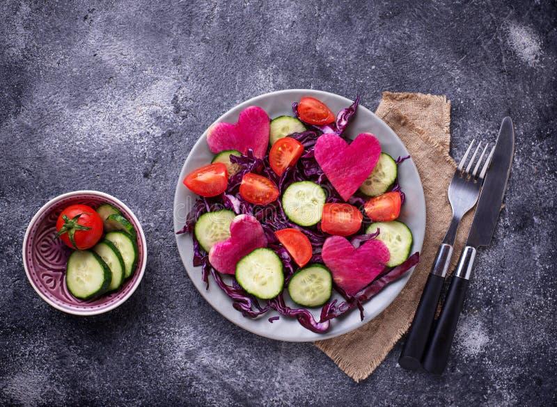 Download Salade Met Komkommer, Tomaat En Rode Kool Stock Afbeelding - Afbeelding bestaande uit vegetariër, cuisine: 114227031