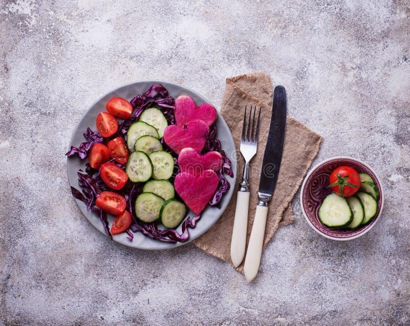 Download Salade Met Komkommer, Tomaat En Rode Kool Stock Foto - Afbeelding bestaande uit ingrediënt, valentines: 114227072
