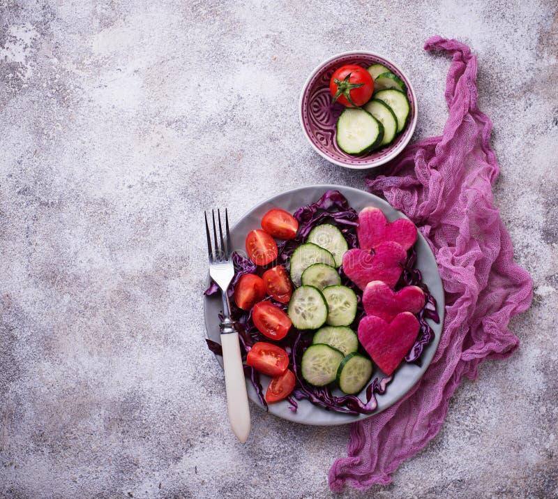 Download Salade Met Komkommer, Tomaat En Rode Kool Stock Afbeelding - Afbeelding bestaande uit dames, tomaat: 114227073