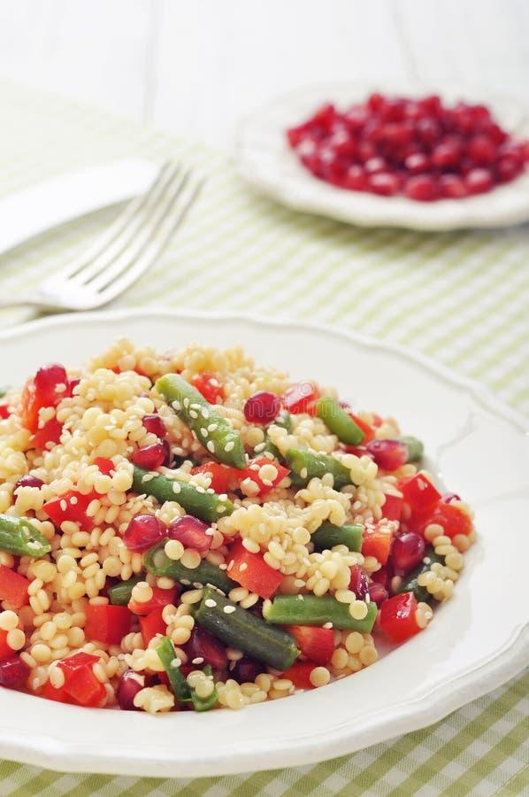 Salade met kouskous en groenten royalty-vrije stock afbeelding