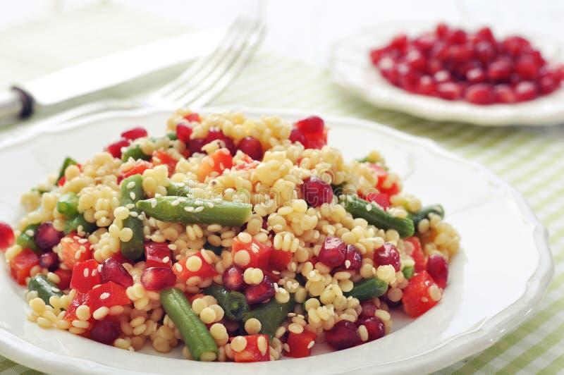 Salade met kouskous en groenten royalty-vrije stock foto