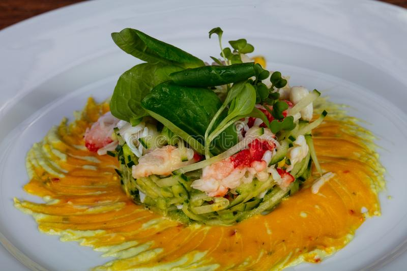 Salade met krab en garnalen royalty-vrije stock afbeeldingen