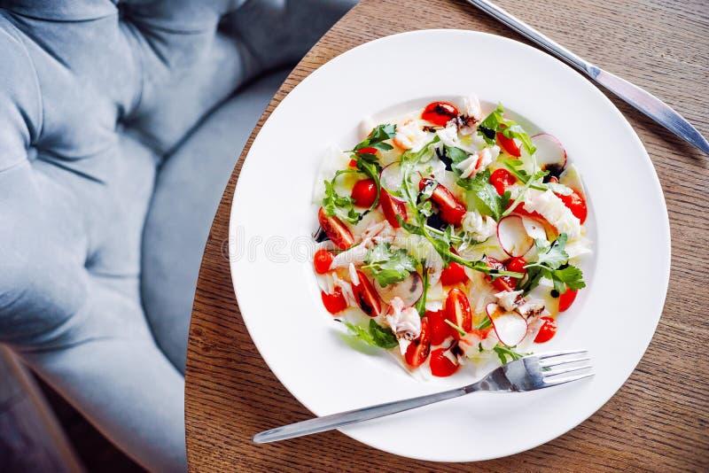 Salade met krabvlees en groenten stock afbeelding