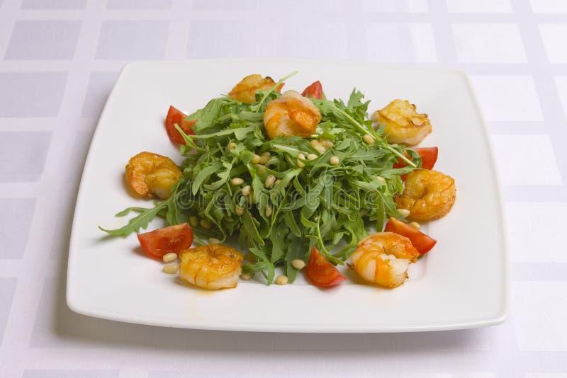 Salade met kruiden, groenten en garnalen stock afbeeldingen