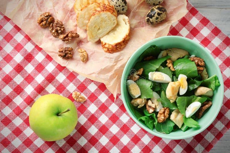 Download Salade Met Kwartelseieren En Spinazie In Kom Stock Afbeelding - Afbeelding bestaande uit besnoeiing, voorwerp: 107702321