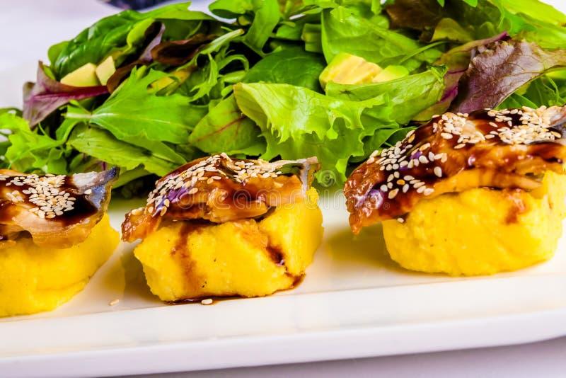 Salade met paling, omelet, kruiden en avocado royalty-vrije stock afbeelding