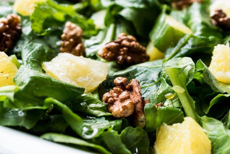 Salade met Rocket Leaves, Sinaasappel en Okkernoten/Arugula of Rucola royalty-vrije stock afbeeldingen