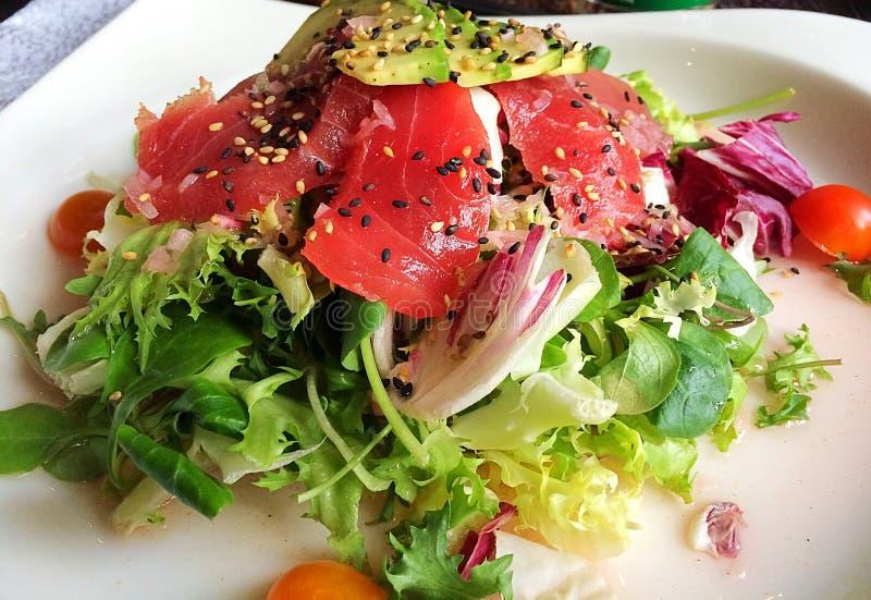 Salade met ruwe tonijnvissen, avocado en sesamzaden royalty-vrije stock foto's