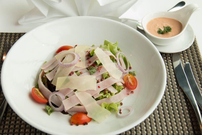 Salade met sla, kaas, tomaat, en ham stock foto