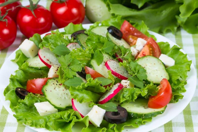 Salade met tomaten en komkommers stock foto's