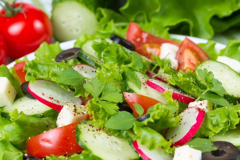 Salade met tomaten, komkommers en olijven royalty-vrije stock fotografie