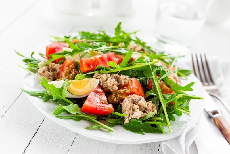 Salade met tonijn Plantaardige salade met gekookte ei, tonijn en arugula De salade van vissen royalty-vrije stock foto