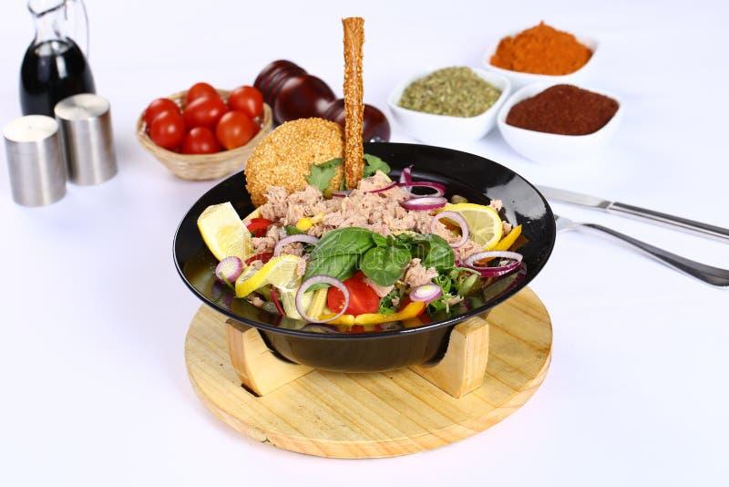 Salade met tonijnvissen royalty-vrije stock afbeeldingen