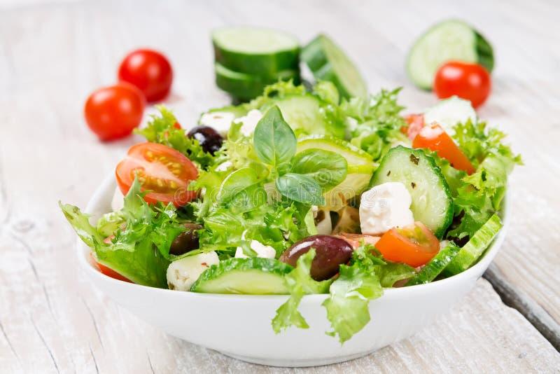 Salade met verse groenten in een ceramische kom royalty-vrije stock afbeeldingen
