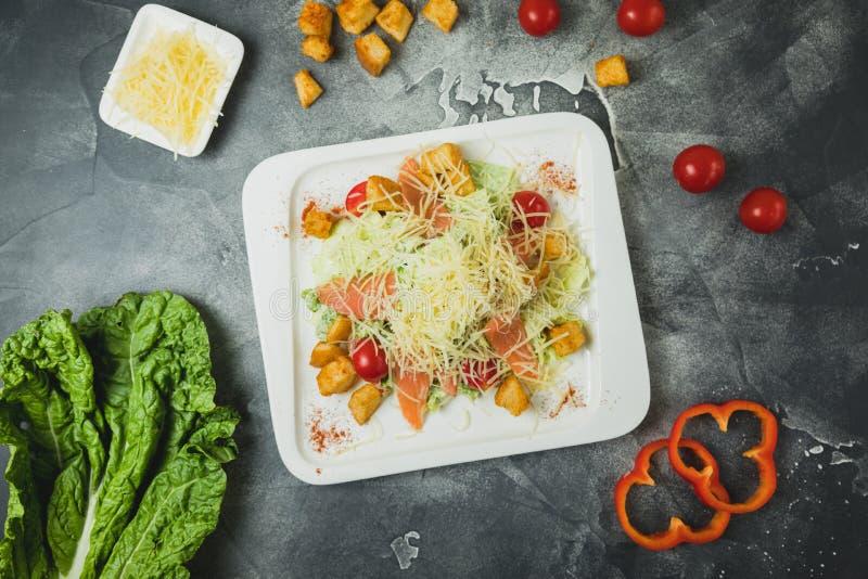 Salade met verse groenten, kaas, en vissen Smakelijk Eigengemaakt Voedsel Vlak leg stock foto's