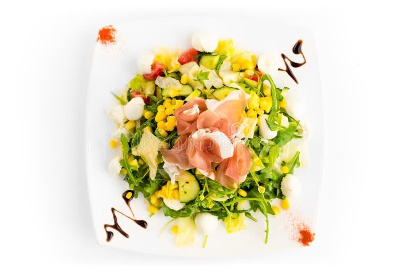 Salade met verse organische die groente en ham - op wit wordt geïsoleerd stock fotografie