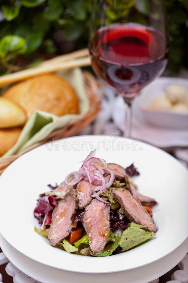Salade met vlees royalty-vrije stock foto's