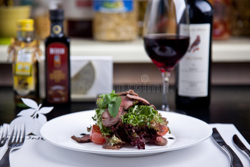Salade met vlees en basilicum stock foto