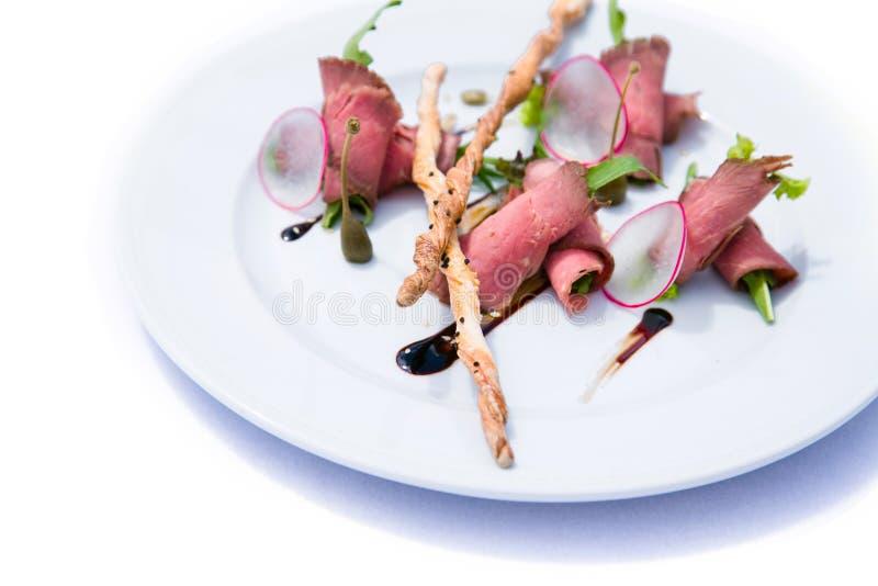 Salade met vlees, groenten en knäckebroden royalty-vrije stock foto