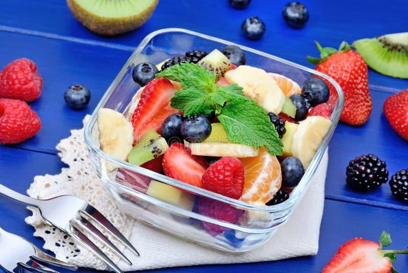 Salade met vruchten in een kom royalty-vrije stock fotografie